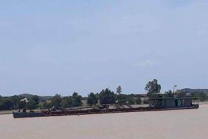 Nghệ An: Bắt tàu khai thác cát trái phép
