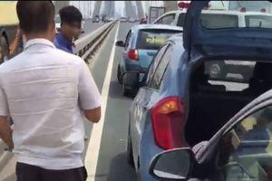 Ô tô nổ lốp, tài xế xuống kiểm tra bị taxi tông gẫy chân