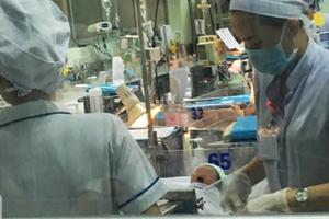 Bé trai bị mẹ nghiện ma túy và nhiễm HIV bỏ rơi đang được điều trị cắt cơn nghiện tại BV Nhi Đồng