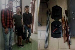 Ba gã trai bắt giữ 2 người phụ nữ để đòi tiền