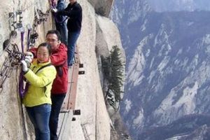 Thót tim đi qua con đường rùng rợn 'sảy chân là chết' ở Trung Quốc
