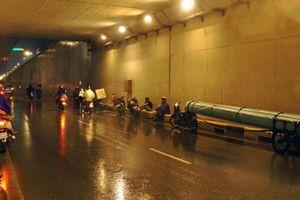 Bất chấp nguy hiểm, nhiều người vẫn dừng xe trú mưa trong hầm chui