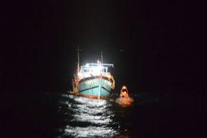 Cứu 13 ngư dân trên các tàu cá bị chìm tại vùng biển Trường Sa