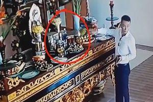 Clip người đàn ông ăn mặc bảnh bao vào chùa trộm tiền trên bàn thờ