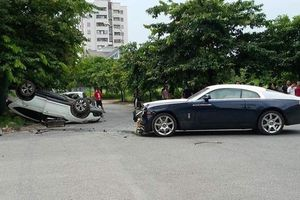 Rolls-Royce Wraith triệu đô nát đầu sau va chạm với xe Honda ở Hà Nội