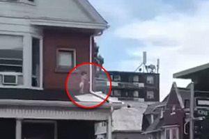 Hốt hoảng khi thấy cảnh em bé quấn tã mắc kẹt trên mái nhà