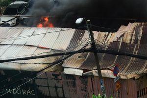 Cận cảnh bãi xe gần sân bay Tân Sơn Nhất bốc cháy ngùn ngụt, nhiều ô tô bị thiêu rụi