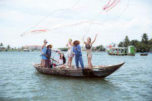Hoa hậu Phan Thị Mơ cùng các người đẹp quăng chài thả lưới trên sông