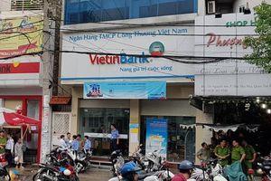 Cảnh sát khống chế nam thanh niên cầm dao xông vào ngân hàng