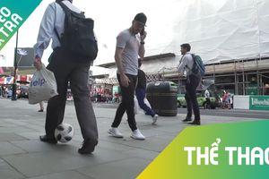 Bộ đôi cầu thủ đem bóng ra đường 'xỏ háng' người đi bộ