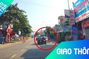 Hai người xe máy suýt chết do tài xế xe tải cua gấp