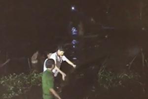Xe máy chở 4 đâm xuống sông, 2 thanh niên tử nạn
