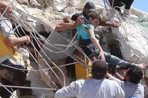 Nổ kho đạn ở Syria: Hối hả kéo trẻ em bị vùi lấp khỏi tòa nhà sập