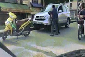 Clip: Sau chạm giao thông, hai tài xế lao vào đánh nhau như phim