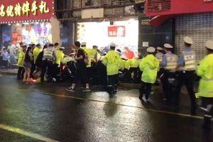 Bảng hiệu đột ngột rơi xuống, đè chết 3 người đi đường