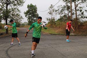 U23 Việt Nam tập trên 'thửa ruộng' trước cuộc đối đầu Pakistan