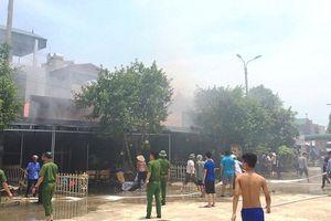 Cháy lớn, thiêu rụi hàng loạt ki ốt ở chợ huyện