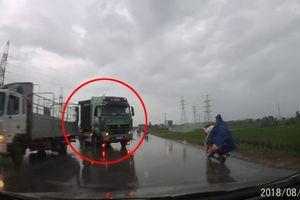 Xe tải vượt ẩu khi trời mưa, ép ô tô lao thẳng xuống ruộng