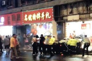 Trung Quốc: Bảng hiệu rơi thẳng vào người đi đường tại Thượng Hải