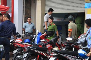 Nóng: Nam thanh niên mang dao xông vào ngân hàng cướp tiền, ngang nhiên đếm tiền trong trụ sở