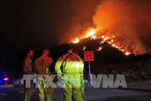 Cháy rừng ở Mỹ lan tới khu dân cư