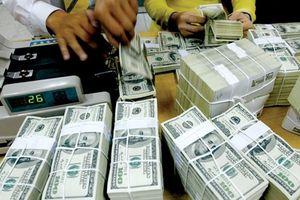 Giá USD ngân hàng lại lập đỉnh, giá USD tự do vượt 23.500 đồng