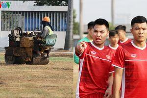 Sân như 'ruộng cày', Olympic Việt Nam ngậm ngùi tập sân cỏ nhân tạo