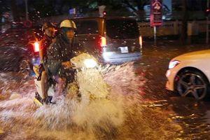 Mưa lớn gây ngập nhiều tuyến phố