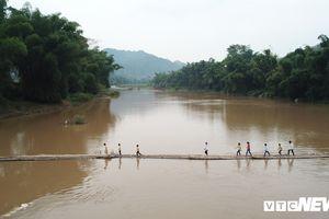 Dân Lạng Sơn 'diễn xiếc' trên cầu tre dài 100m bắc qua sông