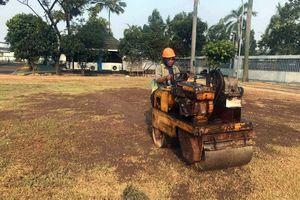 Clip: Xe lu san nền, công nhân rắc vôi bột 'đón' Olympic Việt Nam
