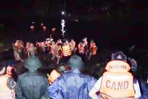 Xe máy chở 4 lao xuống sông khiến 4 người thương vong