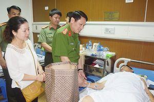 Lãnh đạo Công an Hà Nội thăm chiến sỹ Cảnh sát cơ động bị thương khi làm nhiệm vụ