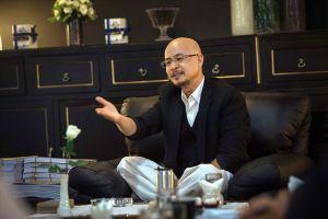 Ông Đặng Lê Nguyên Vũ thần sắc tươi tỉnh tiếp tục tham dự phiên hòa giải mới với vợ