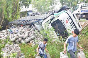 Xe tải lật ngang, gần 200 vỏ bình gas đổ xuống rừng tràm