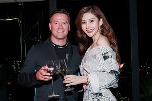 Hoa hậu Châu Á Thế giới 2018 Chi Nguyễn quyến rũ bên cựu danh thủ Michael Owen