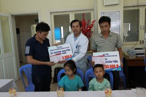 Nhà hảo tâm tặng tiền tỷ cho 2 bé vụ TNGT thảm khốc