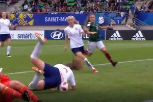 Bàn thắng 'kì dị' của nữ cầu thủ U20 Anh