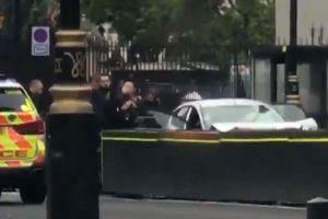 Anh: Một xe ô tô đâm vào hàng rào an ninh bên ngoài tòa nhà Quốc hội