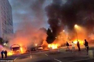 Nhóm thanh niên điên cuồng đốt phá hàng loạt xe hơi trong đêm