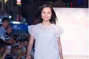 Miss Community Nguyễn Thanh Trúc diễn thời trang ngay dưới trời mưa