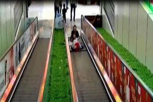 Thót tim clip bé gái bị mắc kẹt chân vào thang cuốn ở trung tâm thương mại