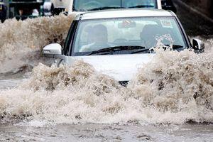 Cảnh báo: Đây là lí do tài xế không thể coi thường vùng nước ngập trên đường