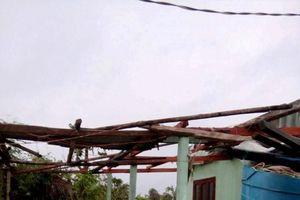Bão số 4 gây lốc xoáy đánh chìm 6 tàu cá, tốc mái 63 căn nhà tại đảo Phú Quý