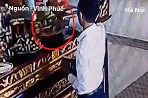 Lộ mặt nam thanh niên mặc bảnh bao lấy trộm tiền công đức trong chùa