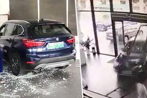 Đen đủi tháng 'cô hồn': Cô gái lái thử BMW đâm thẳng phá tan cửa hàng