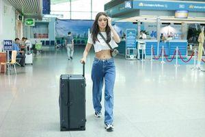Siêu mẫu Minh Tú khoe vòng eo săn chắc, thon gọn ở sân bay