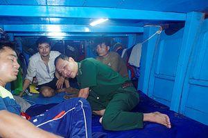 Cứu 3 ngư dân gặp nạn trên đường tránh bão số 4