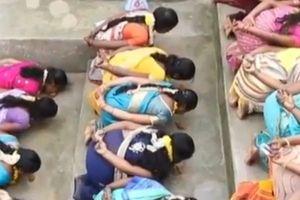 Clip: Hàng trăm phụ nữ quỳ gối ăn cơm trộn cát để cầu có con