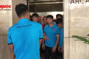 Clip: Công Phượng, Xuân Trường không cho Hà Đức Chinh đi cùng thang máy