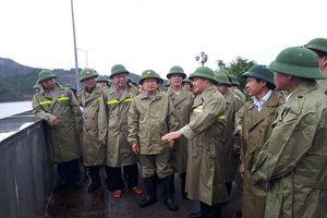 Phó Thủ tướng Trịnh Đình Dũng kiểm tra công tác ứng phó bão số 4